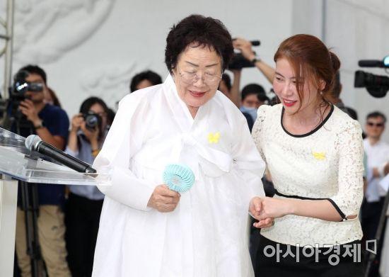 [포토]이용수 할머니, 손풍기 들고