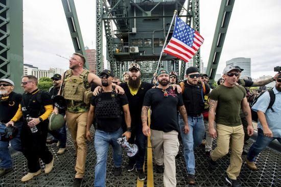 美포틀랜드 극우단체 시위에 좌파단체 '맞불'…금속봉 등 압수