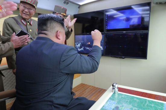 지난달 17일 조선중앙TV가 공개한 시험사격 현장 사진으로, 국방과학원 소속 전일호가 상장(우리의 중장·별 3개) 계급장이 달린 군복을 입고 있다.