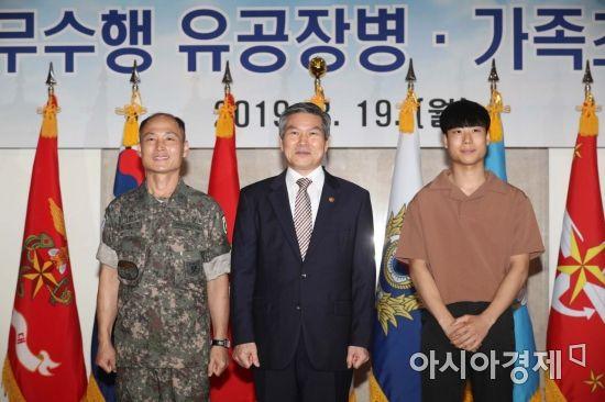 [포토]정경두 장관, 조은누리 양 구조한 박상진 원사와 함께