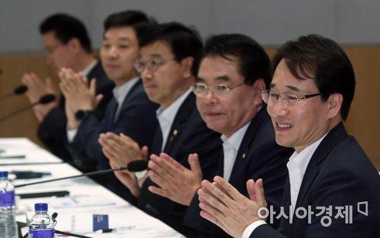 [포토] 박수치는 민주당 의원들