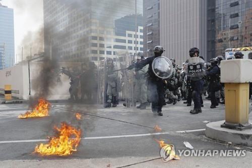홍콩 송환법 반대 집회에서 충돌…경찰은 최루탄으로 진압
