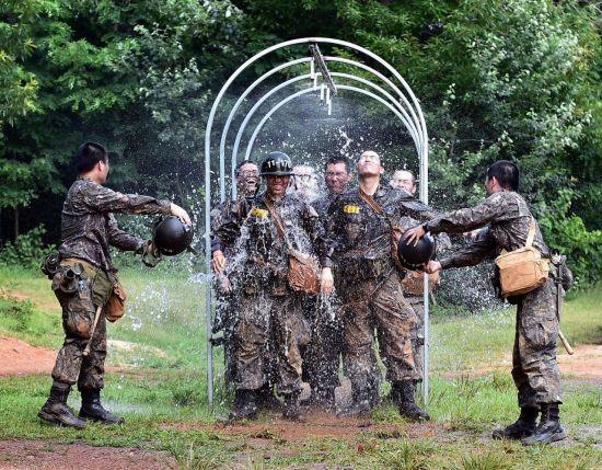 지난 8일 충남 논산 육군훈련소에서 훈련을 마친 훈련병들이 샤워터널을 지나며 더위를 식히고 있다. (사진=연합뉴스)