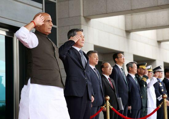 <h1>[포토] 한-인도 국방장관 회담…손 맞잡고 '국방협력 다짐'</h1>