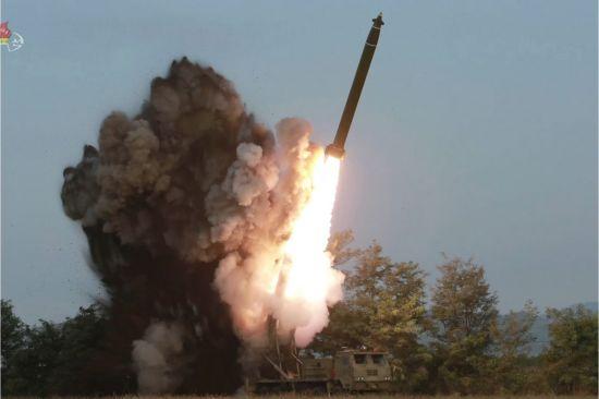 조선중앙TV가 공개한 사진에서 초대형 방사포가 화염을 뿜으며 치솟고 있다.