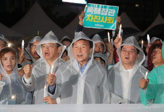 """'촛불 든' 손학규, 조국 임명 철회 촉구…""""이게 나라냐"""""""