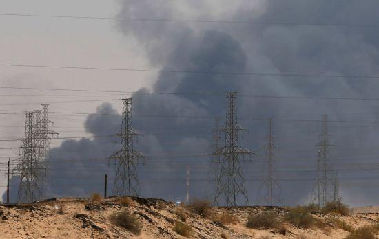 사우디아라비아 아브카이크에 있는 사우디 국영석유회사 아람코의 석유 탈황·정제 시설 단지에서 지난 14일(현지시간) 예멘 반군의 무인기 공격으로 화재가 발생, 연기가 치솟고 있다. (사진=연합뉴스)