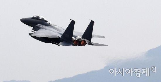 지난달 27일 대구 공군기지에서 열린 제71주년 국군의 날 기념행사 미디어데이에서 F-15K 전투기가 비행하고 있다./대구=김현민 기자 kimhyun81@