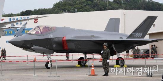 지난달 27일 대구 공군기지에서 열린 제71주년 국군의 날 기념행사 미디어데이에서 스텔스 전투기 F-35A를 비롯해 국군의 주력 무기들이 전시돼 있다./대구=김현민 기자 kimhyun81@