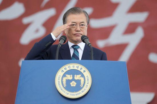 문재인 대통령이 1일 대구 공군기지에서 열린 국군의 날 행사에서 기념사를 마친 뒤 거수경례하고 있다. [이미지출처=연합뉴스]