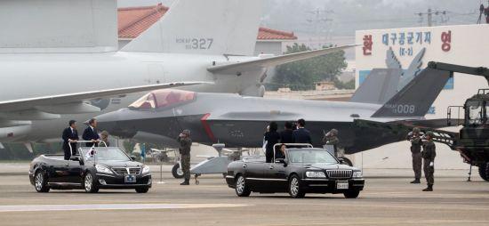 문재인 대통령이 1일 대구 공군기지에서 국군의 날 행사 중 F-35A 스텔스 전투기를 사열하고 있다. [이미지출처=연합뉴스]