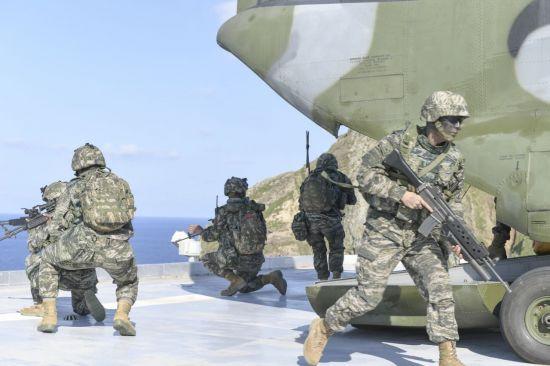 지난 8월25일 독도를 비롯한 인근 해역에서 열린 동해 영토수호훈련에서 해병대 신속기동부대 대원들이 육군 헬기에서 내려 훈련하고 있다. (사진=해군)