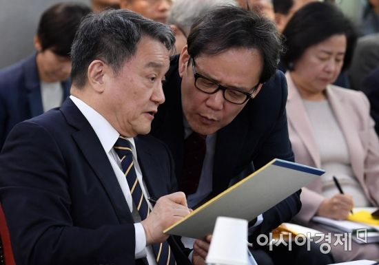 [포토] 실무자와 대화하는 인천대 총장