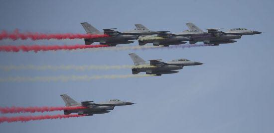<h1>[포토] ADEX 2019서 시범비행하는 KF-16</h1>