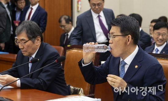 [포토] 물 마시는 은성수 금융위원장