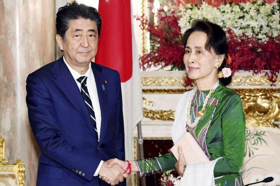 '마라톤 회담' 시작한 日아베…일왕 즉위 행사로 외교 행보 나서(종합)