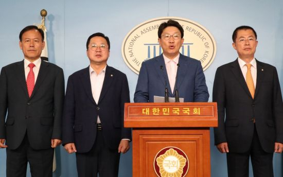 """""""공수처 있었다면 조국 수사 못해""""…한국당, 검찰개혁안 발표"""