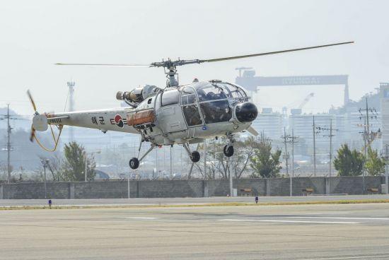 지난달 7일 알루에트(ALT)-3 해상작전헬기가 마지막 교육훈련비행 임무를 수행하고 있다. (사진=대한민국 해군)