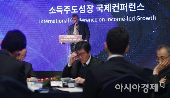 [포토] 소득주도성장 국제컨퍼런스 기조연설