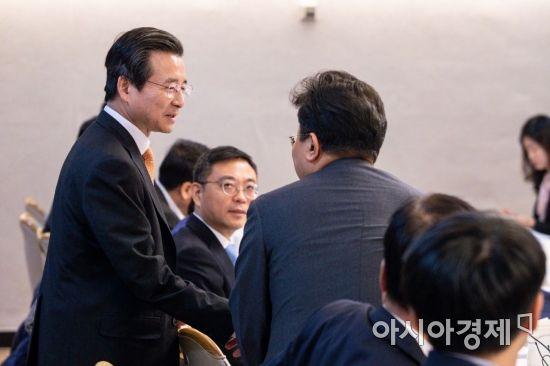 [포토]참석자들과 인사하는 김용범 1차관