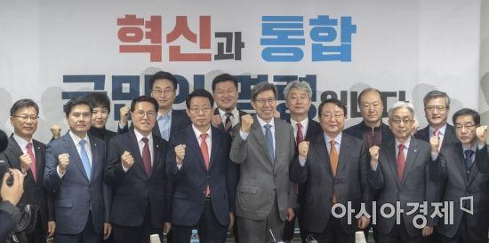 [단독]한국당, 100% 국민 여론조사로 새보수와 통합 공천