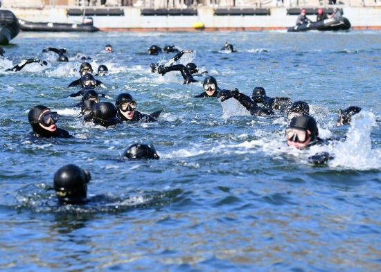 <h1>[양낙규의 Defence Club photo]얼음 바다 속 해군 최강자 SSU의 훈련</h1>