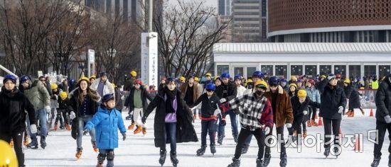 [포토] 북적이는 서울광장 스케이트장