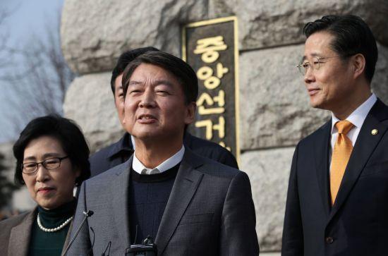 안철수, 새 당명 '국민의당'으로 확정…선관위 항의 방문
