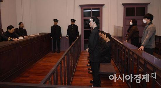 [포토] 안중근 의사 재판 모습 바라보는 방문객들