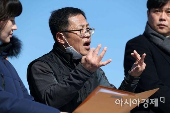 """[사이드B]청각장애인 윤정기씨 """"사법고시 혼자서만 20년 공부…후회 없어요"""""""