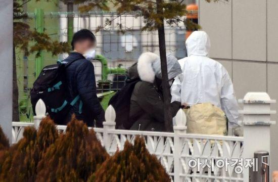 인천공항검역소 들어서는 일본 교민들