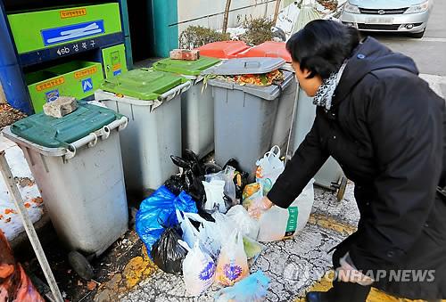 """""""제발 음식물 쓰레기 집 앞에 내놓지 마세요"""" 아파트 '얌체족' 이웃 갈등으로"""