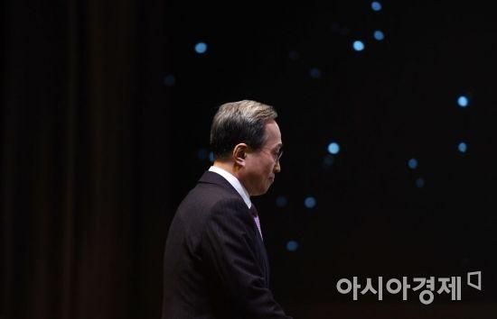 [포토] 단상으로 향하는 김신배 사내이사 후보