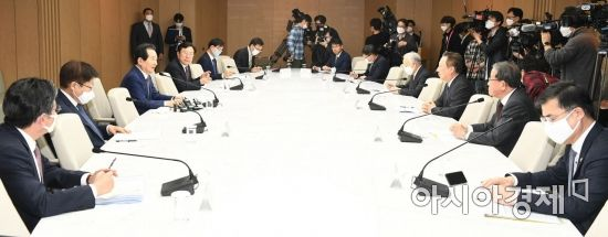 [포토]코로나19 극복 위해 마주 앉은 총리-경제단체