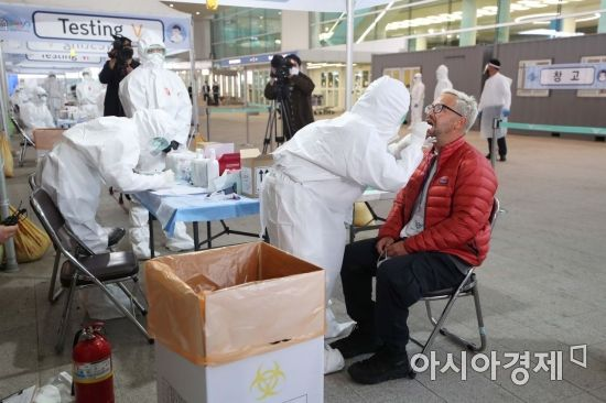 [포토]코로나19 진단 검사, 인천공항 '워킹스루' 진료소에서