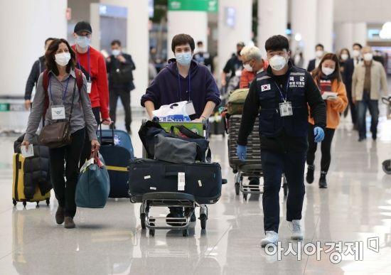 [포토]공항 개방형 선별진료소 향하는 무증상 외국인