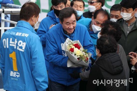 [포토]유권자에게 꽃 받는 이낙연