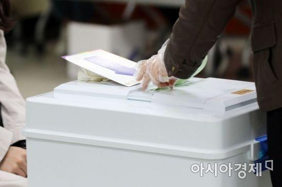 경남 통합당 12석·더민주 3석 … 투표율 67.8%