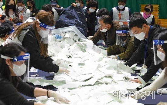 [정치, 그날엔…] '선거의 정석' 다시 쓰게 한 장충체육관 그 사건