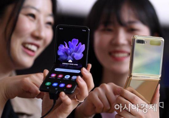 """아이폰12 출시 앞두고 '갤럭시Z플립 대란'…""""9만원에 탑승"""""""