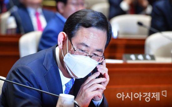 [포토] 통화하는 주호영 원내대표