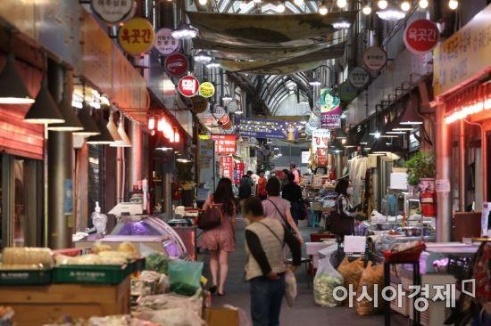 [포토]긴급재난지원금 수령 가구 90% 육박... 시장 찾는 시민들