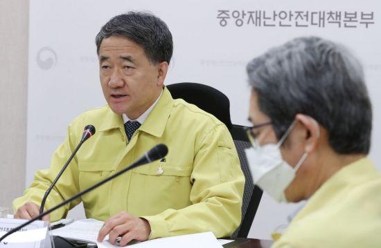 """박능후 """"쿠팡 물류센터 확진자 69명…'아프면 쉬기' 안지켰다""""(상보)"""