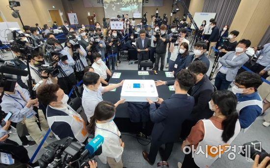 [포토] 개표 공개 시연하는 선관위