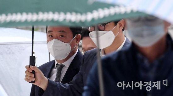 [포토] 영장심사 출석하는 이웅렬 전 코오롱 회장