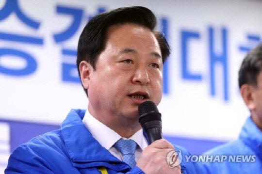"""""""김두관 연봉, 보좌관 수준으로 낮춰달라"""" 靑 청원 등장"""
