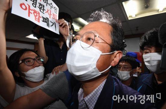 [포토]김명환 위원장 사퇴 요구하는 조합원들