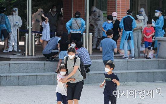 [포토]묵현초등학교 학생 대상으로 코로나19 검사 실시