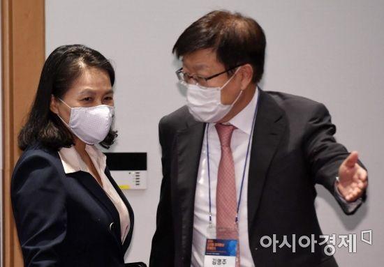 [포토] 컨퍼런스 참석하는 유명희 본부장과 김영주 회장