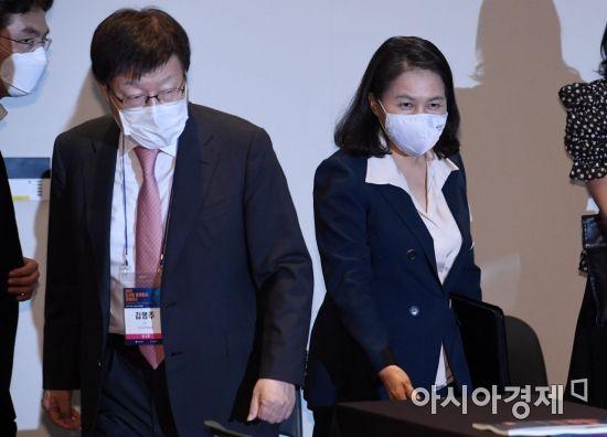 [포토] 컨퍼런스 참석하는 유명희-김영주